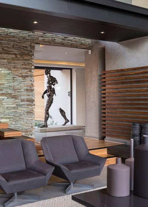 Salas de estar  por Nico Van Der Meulen Architects