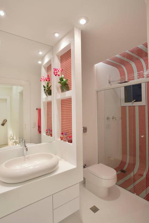 Apartamento Jatobá: Banheiros  por Designer de Interiores e Paisagista Iara Kílaris