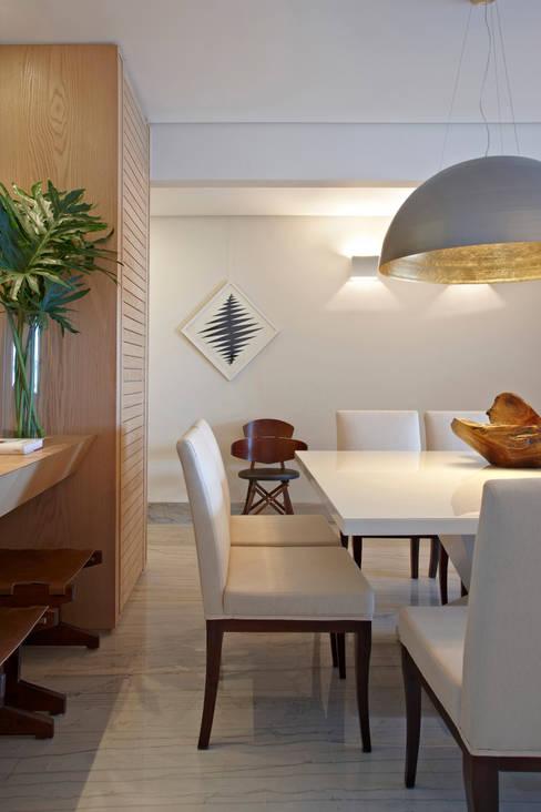 Apartamento Prainha: Salas de jantar  por Coutinho+Vilela