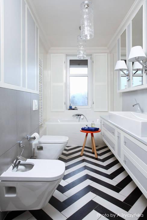 Długa łazienka z wanną: styl , w kategorii Łazienka zaprojektowany przez MG Interior Studio Michał Głuszak