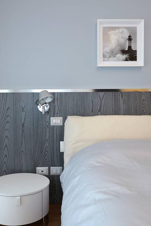 Bedroom New Look: Camera da letto in stile  di marco olivo