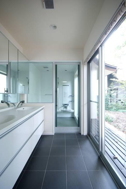 Bathroom by 前田敦計画工房