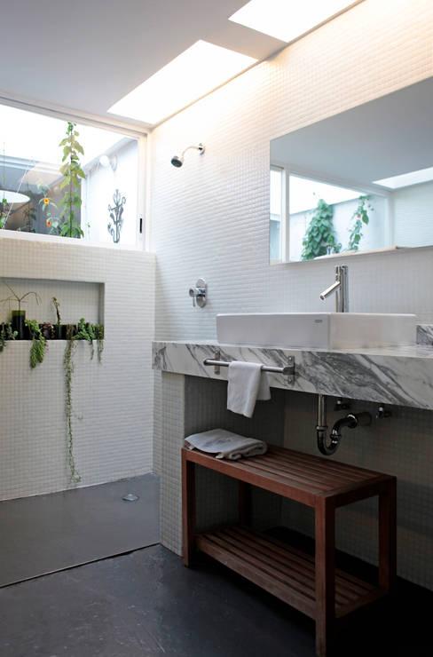 Bathroom by DF ARQUITECTOS