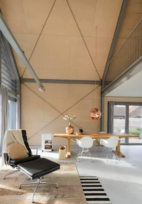 Lofthome Bergen (NH):  Woonkamer door Blok Kats van Veen Architecten