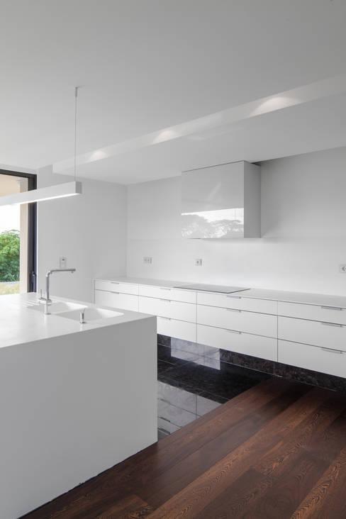 Kitchen by Estúdio Urbano Arquitectos