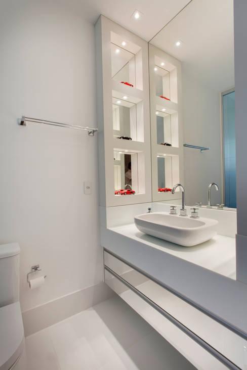 Casa Buriti: Banheiros  por Arquiteto Aquiles Nícolas Kílaris