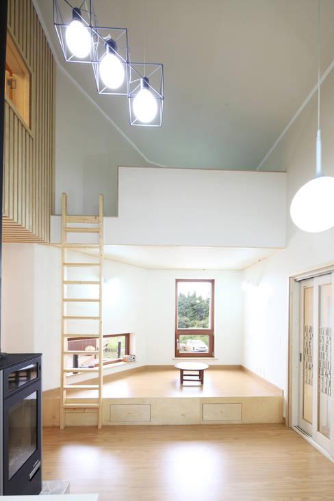 좌식평상 응접실과 다락: 주택설계전문 디자인그룹 홈스타일토토의  다이닝 룸