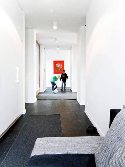 Corridor & hallway by Le 2 Workshop