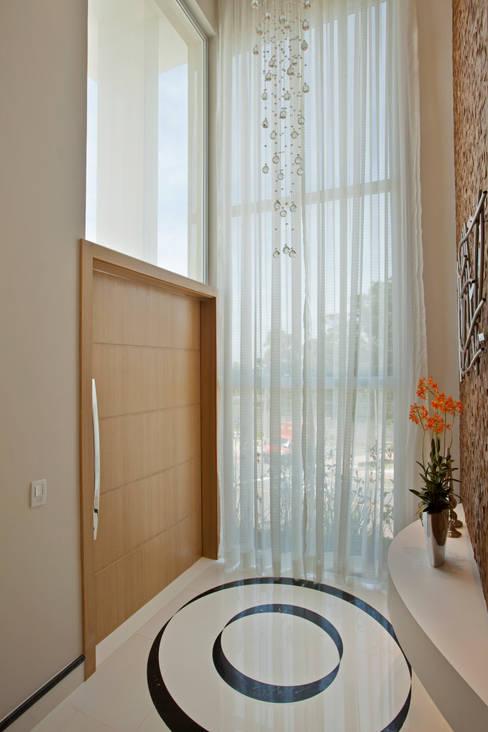 Couloir et hall d'entrée de style  par Designer de Interiores e Paisagista Iara Kílaris