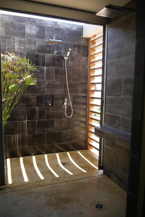 CLEMENTINE house - master bedroom 2 - external shower: Chambre de style  par STUDY CASE sas d'Architecture