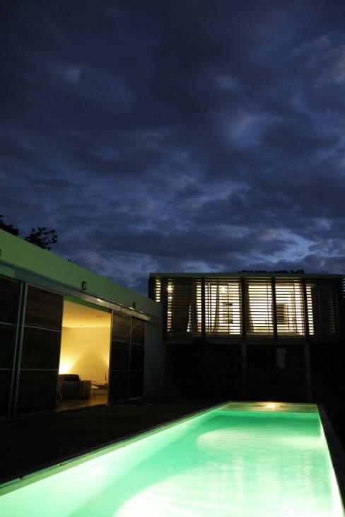 CLEMENTINE house - outside view at night: Maisons de style  par STUDY CASE sas d'Architecture