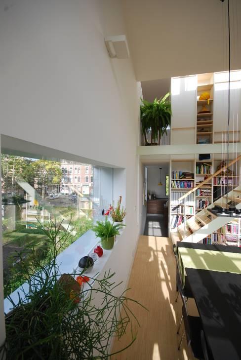 Doorkijk eetkamer naar keuken bovenwoning:  Eetkamer door Gunneweg & Burg
