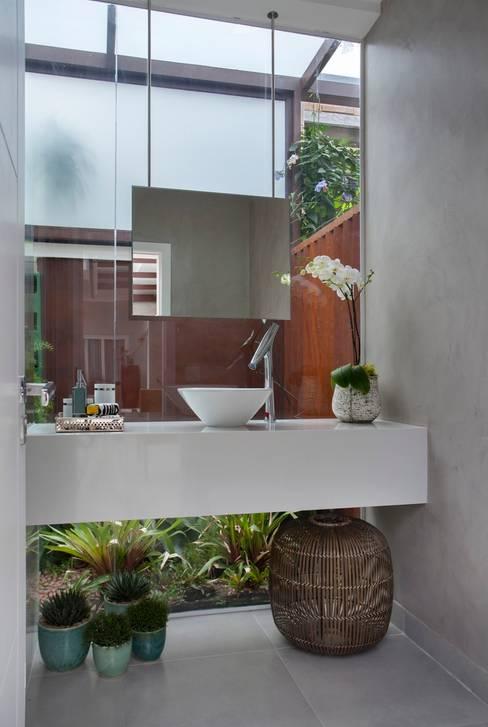 Área Externa: Banheiro  por ANGELA MEZA ARQUITETURA & INTERIORES