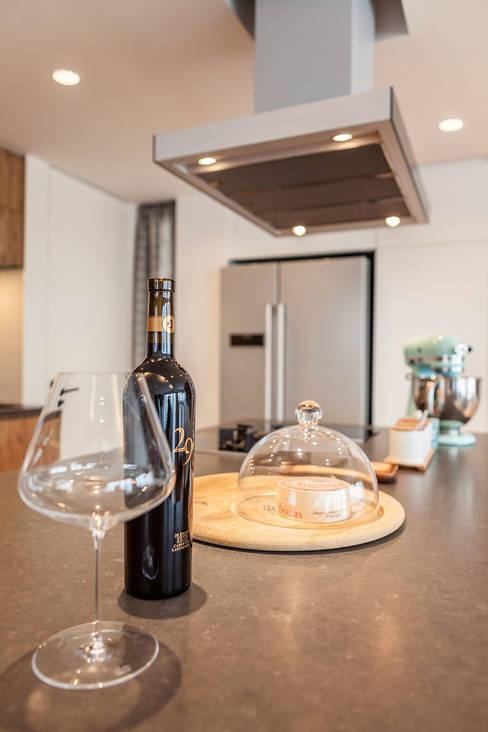 GW's RESIDENCE:  Kitchen by arctitudesign