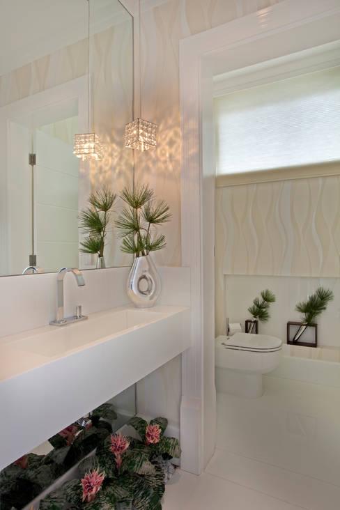 Casa Tamboré: Banheiros  por Arquiteto Aquiles Nícolas Kílaris
