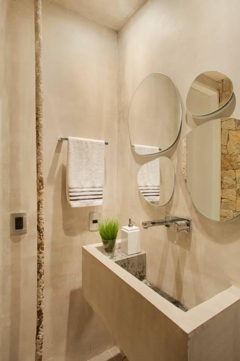 MM apartment: Banheiros  por Studio ro+ca