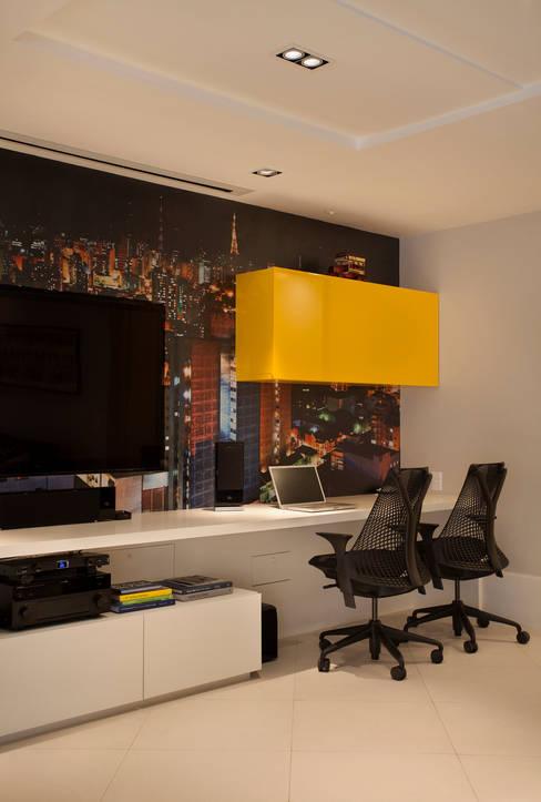 Cobertura Duplex Edificio Mandarim - Condomínio Peninsula: Salas multimídia  por Cadore Arquitetura