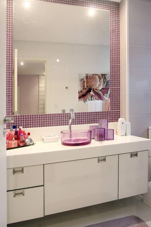 Apartamento Vila Rica Santos: Banheiros  por Lucia Navajas -Arquitetura & Interiores