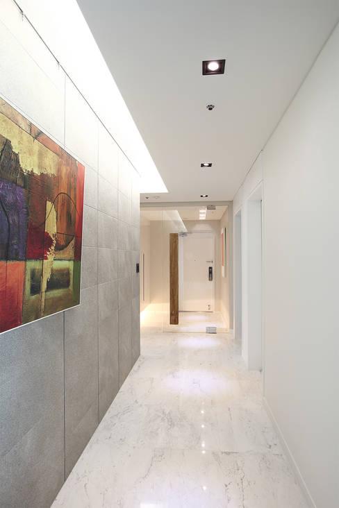 일산 강선마을 벽산아파트 58평형: MID 먹줄의  복도 & 현관