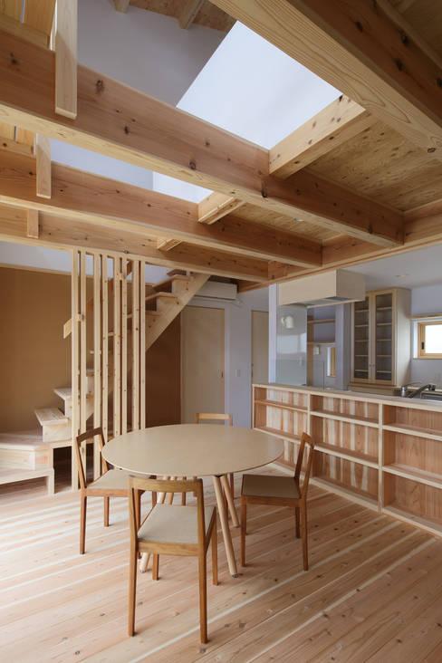 Comedores de estilo  de 芦田成人建築設計事務所