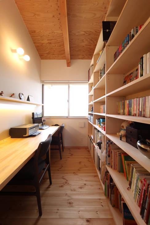 書斎: 青木昌則建築研究所が手掛けた書斎です。
