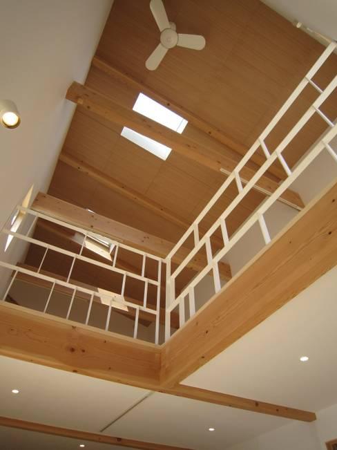 Living room by 有限会社クリエデザイン/CRÉER DESIGN Ltd.