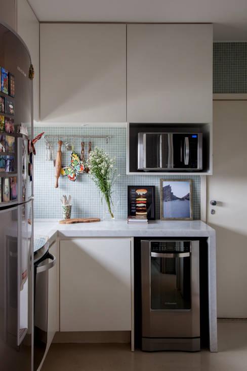 Shades of White: Cozinhas  por Helô Marques Associados