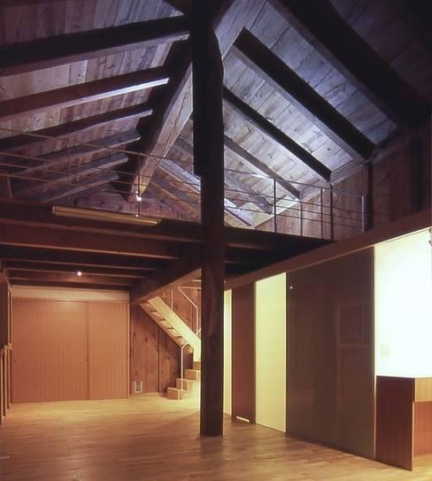 Salas de estilo  por 家山真建築研究室 Makoto Ieyama Architect Office