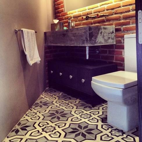 Baños de estilo  por Quinto Distrito Arquitectura