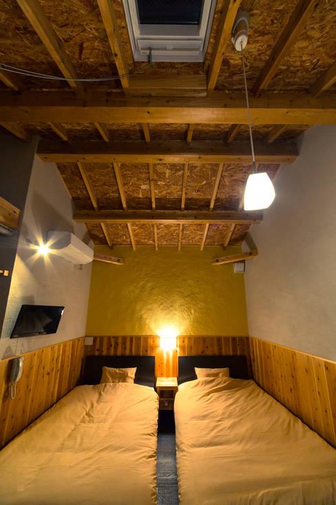 黄色の客室: 虎設計工房が手掛けた寝室です。