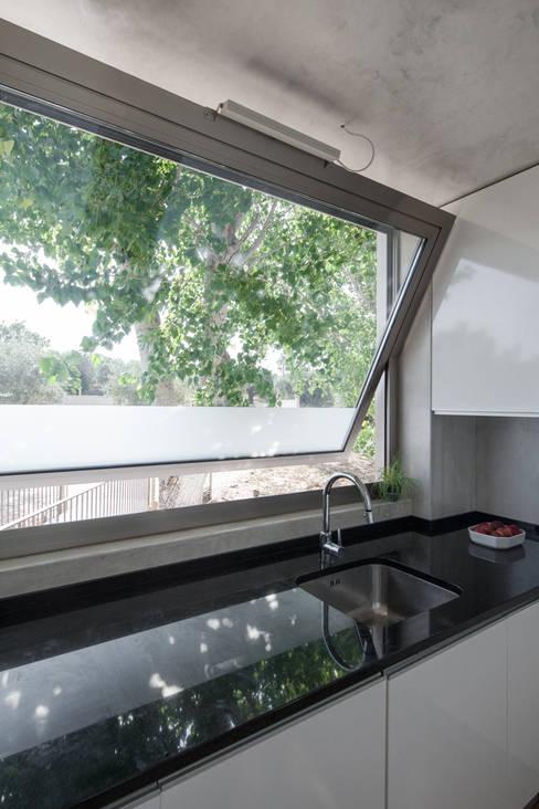 Kitchen by Miguel Marcelino, Arq. Lda.