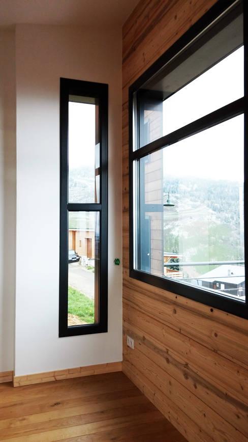 Maison au pied des pistes: Fenêtres de style  par Empreinte Constructions bois