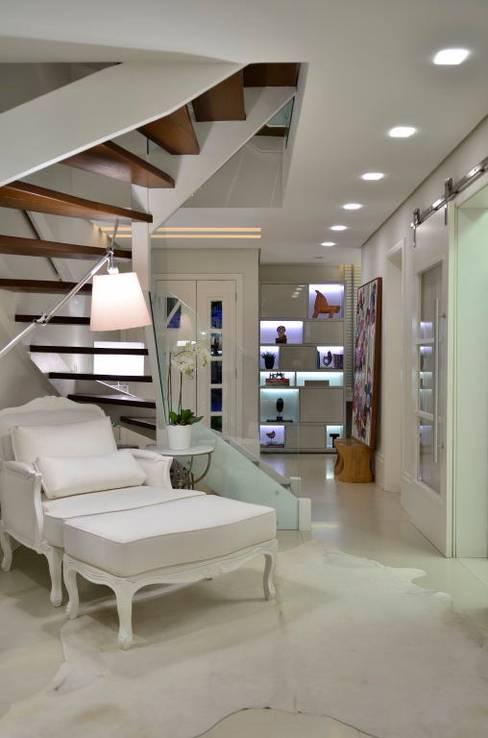 الممر والمدخل تنفيذ Tania Bertolucci  de Souza  |  Arquitetos Associados