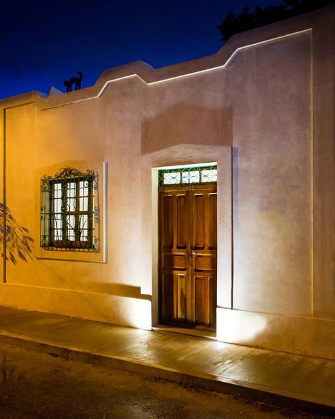 Casa del Arbol: Casas de estilo  por Taller Estilo Arquitectura