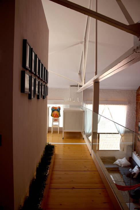 Pasillos y hall de entrada de estilo  por SMMARQUITECTURA