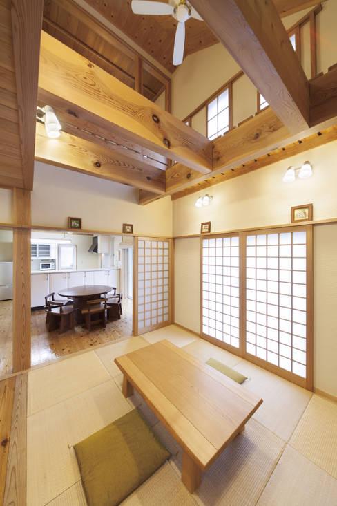 Living room by 桶市ハウジング