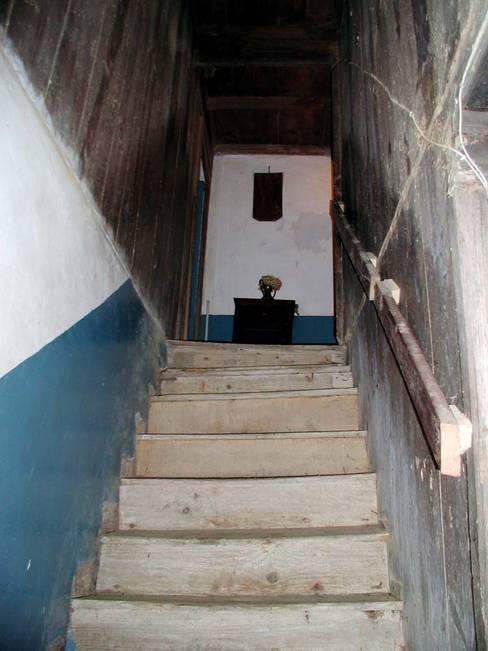 Couloir et hall d'entrée de style  par Intra Arquitectos