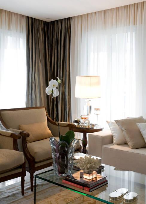 Living room by GUSTAVO GARCIA ARQUITETURA E DESIGN