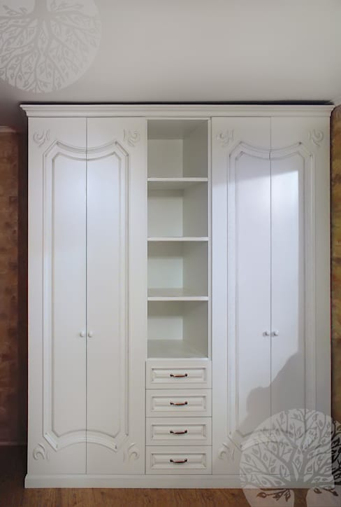 Камин из массива и шкаф: Гостиная в . Автор – Lesomodul