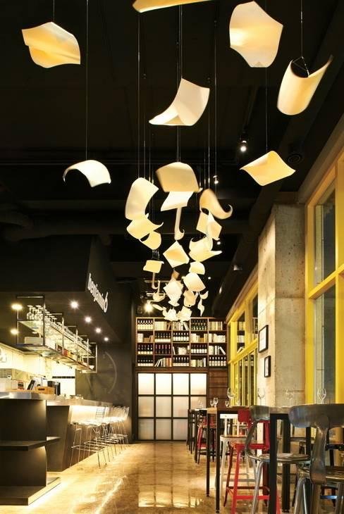 멈춰져있는 시간을 표현한 오브제 : Design m4의  레스토랑