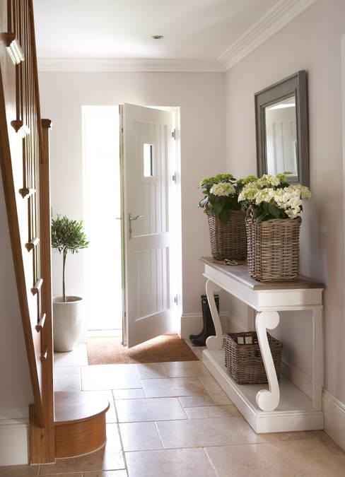 Pasillos y hall de entrada de estilo  por Emma & Eve Interior Design Ltd