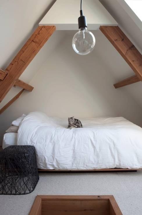 Slaapkamer op zolder:  Slaapkamer door ontwerpplek, interieurarchitectuur