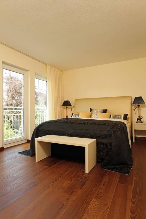 ห้องนอน by FingerHaus GmbH - Bauunternehmen in Frankenberg (Eder)