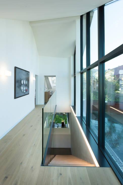 Vorraum Obergeschoss - Ausgang Dachterrasse:  Flur & Diele von von Mann Architektur GmbH