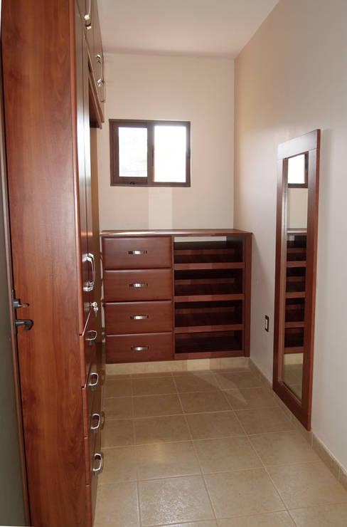 Amarillo Interiorismo:  tarz Giyinme Odası