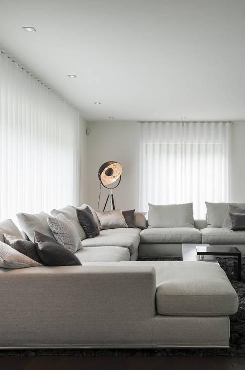 Eigentijds wonen in een rietgedekte villa:  Woonkamer door Lab32 architecten