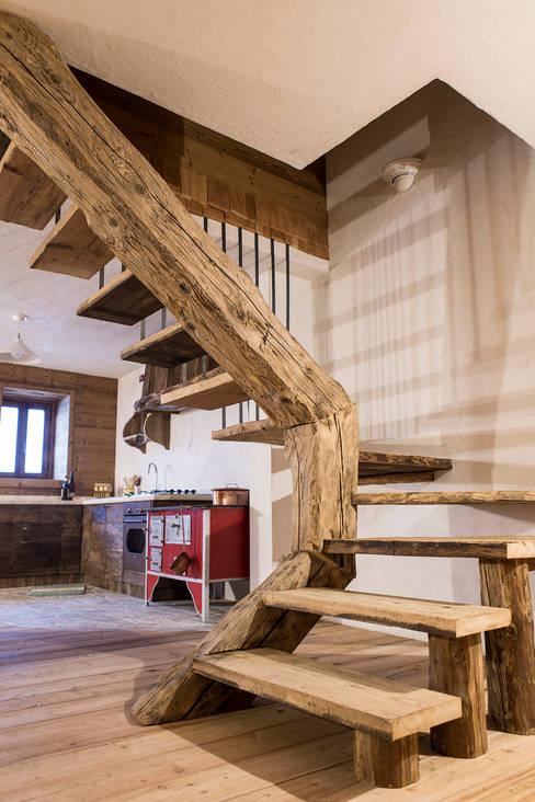 Pasillos y hall de entrada de estilo  por RI-NOVO