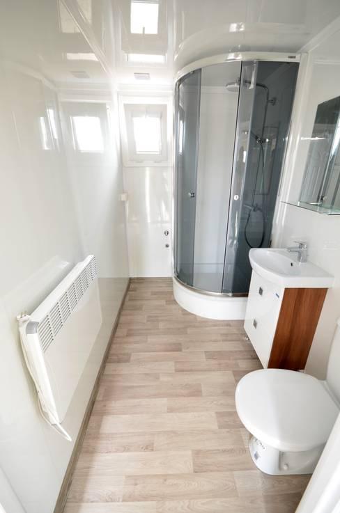 Salle de bains de style  par Letniskowo.pl s.c. Jacek Solka, Marek Garkowski