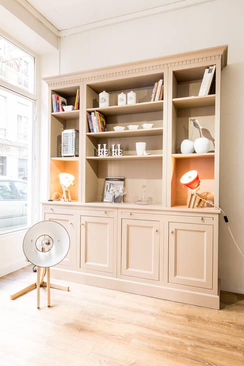 bibliothèque HAUSSMANN en médium laquée de La Cuisine Française: Salon de style  par MJ Home