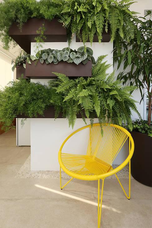 Balconies, verandas & terraces  by Duda Senna Arquitetura e Decoração